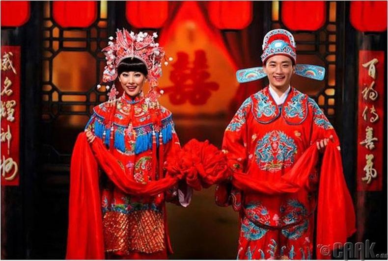 """Хятад бэрүүд аз болон эд баялгийг бэлгэддэг """"ципао"""" хэмээх улаан торгон өмсгөл өмсдөг"""