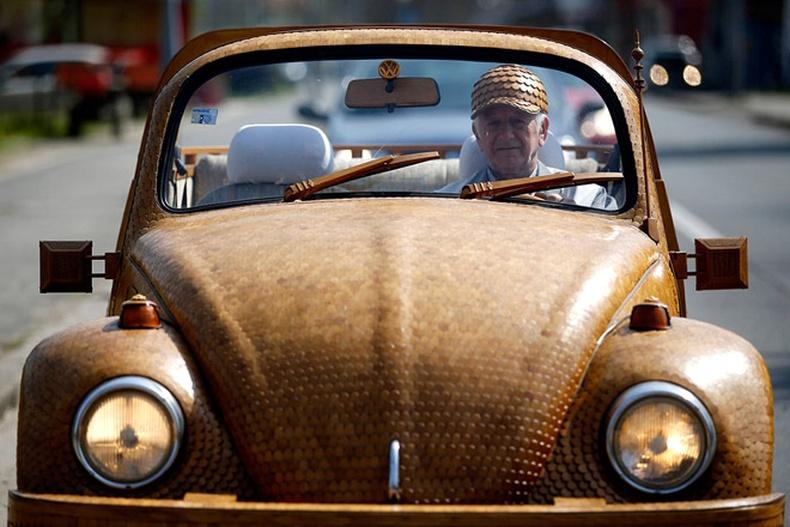"""Тэтгэврийн өвгөн царс модоор """"Volkswagen"""" машин хийжээ"""