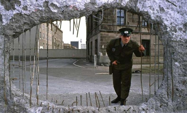 """""""Эрх чөлөөний нүх"""", Берлины хана, 1989 он."""