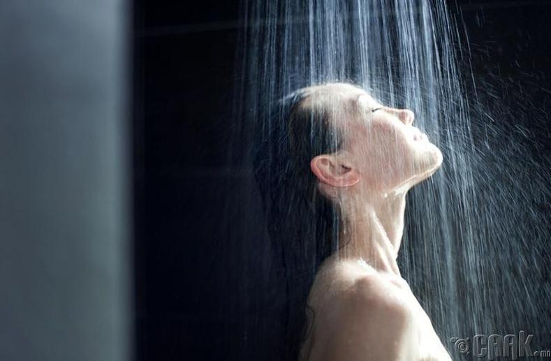 Шүршүүрт орж байхдаа нүүрээ угаах