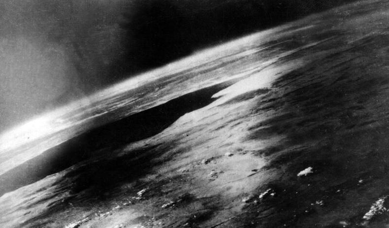 Хиймэл дагуул бүтээгдэхээс ч өмнө сансраас дэлхийн зургийг авч чадсан нууц