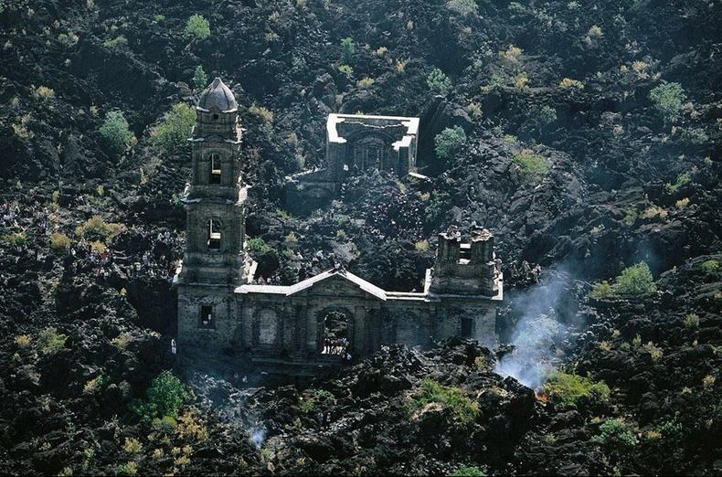 Парикутин галт уулын дэлбэрэлтэд сүйрсэн Сан Хуан Парангакутиро сүм - Мексик