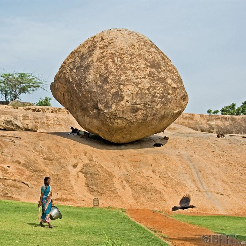 Энэтхэгт 45 градус налсан 7 метр чулуу уналгүй байсаар байна