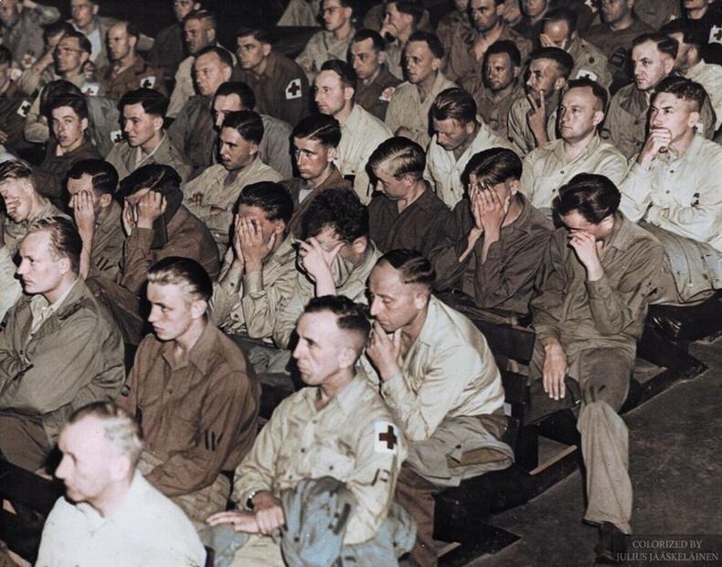 Америкчуудад олзлогдсон Герман цэргүүд бөөнөөр хорих лагеруудыг харуулсан кино үзэж байгаа нь, 1945 он.