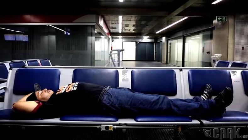 Денис Луис де Соуза - 16 насандаа нисэх онгоцны буудалд ирж 19 жилийн турш амьдарч байна