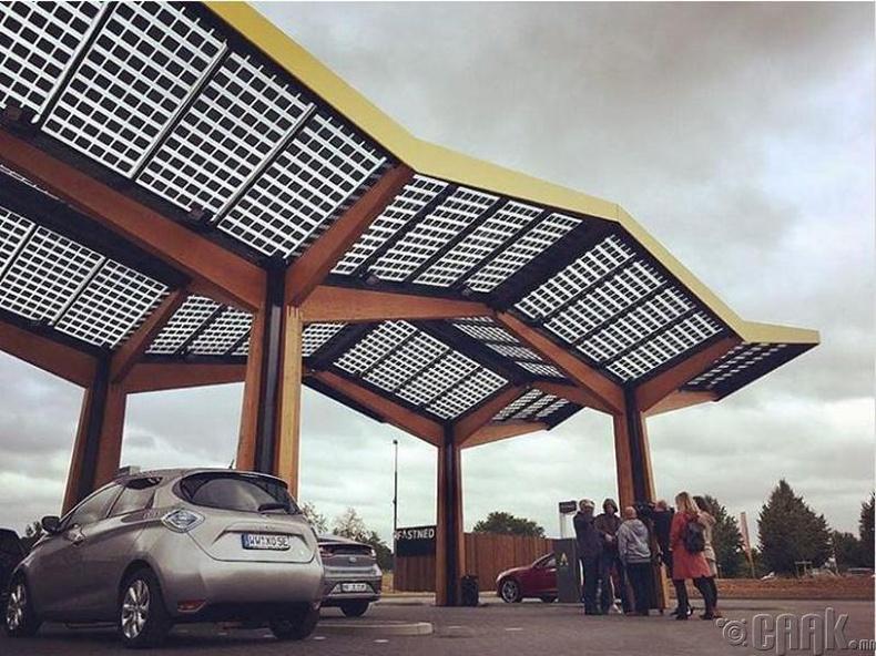 Нарны эрчим хүчээр ажилладаг цахилгаан машин цэнэглэх газар