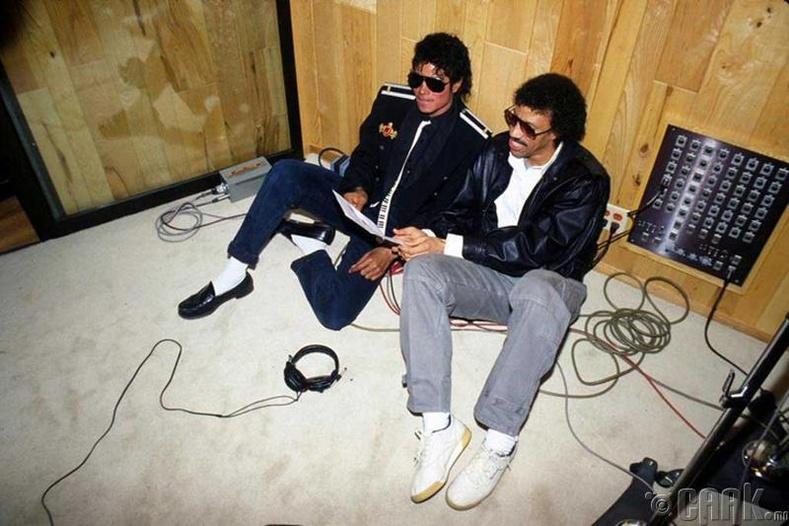 "Майкл Жэксон (Michael Jackson), Лионель Риччи (Lionel Richie) нар ""We are the world"" дууг зохиож байна"