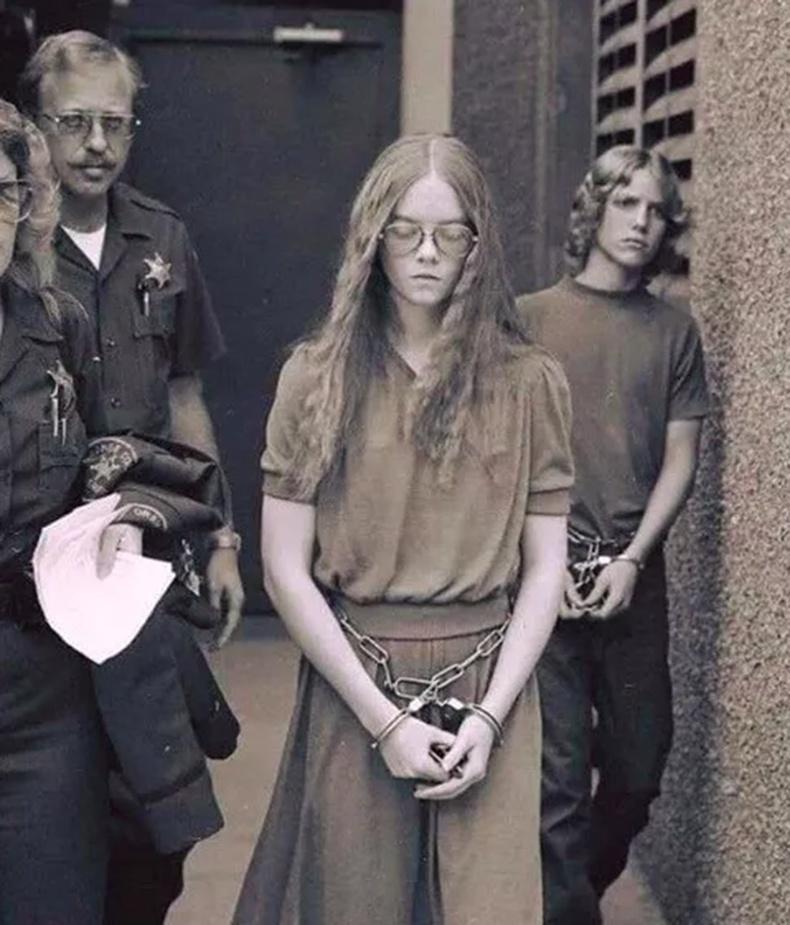 Даваа гарагт дургүйгээсээ болж 2 хүний амийг хөнөөсөн охиныг баривчилж буй нь (1979)