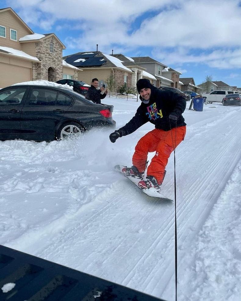 """""""Техаст сноубордоор гулгах боломжтой гэж хэн санах билээ. """""""