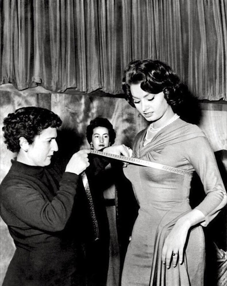 Жүжигчин Софи Лорений биеийн харьцааг хэмжиж буй нь, 1960-аад он