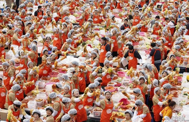 Сөүл хотод сайн дурын 2000 гэрийн эзэгтэй цуглаж 270 тонн кимчи хийжээ