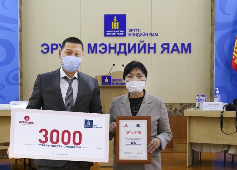 Петровис Группээс COVID-19 халдварыг илрүүлэх 3000 ширхэг түргэвчилсэн  оношлуур хандивлалаа