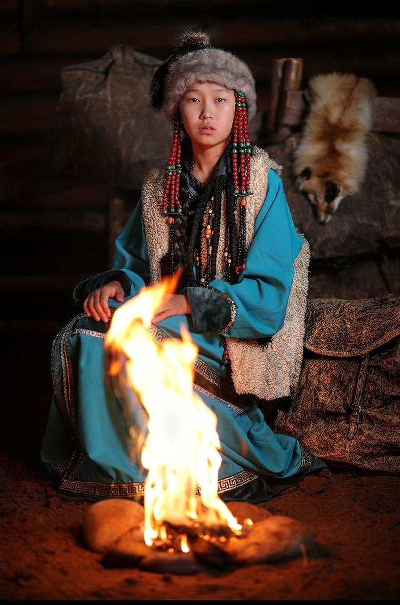 Буриадын Окинскийн тойрогт амьдардаг соёд охин, Сибирь.