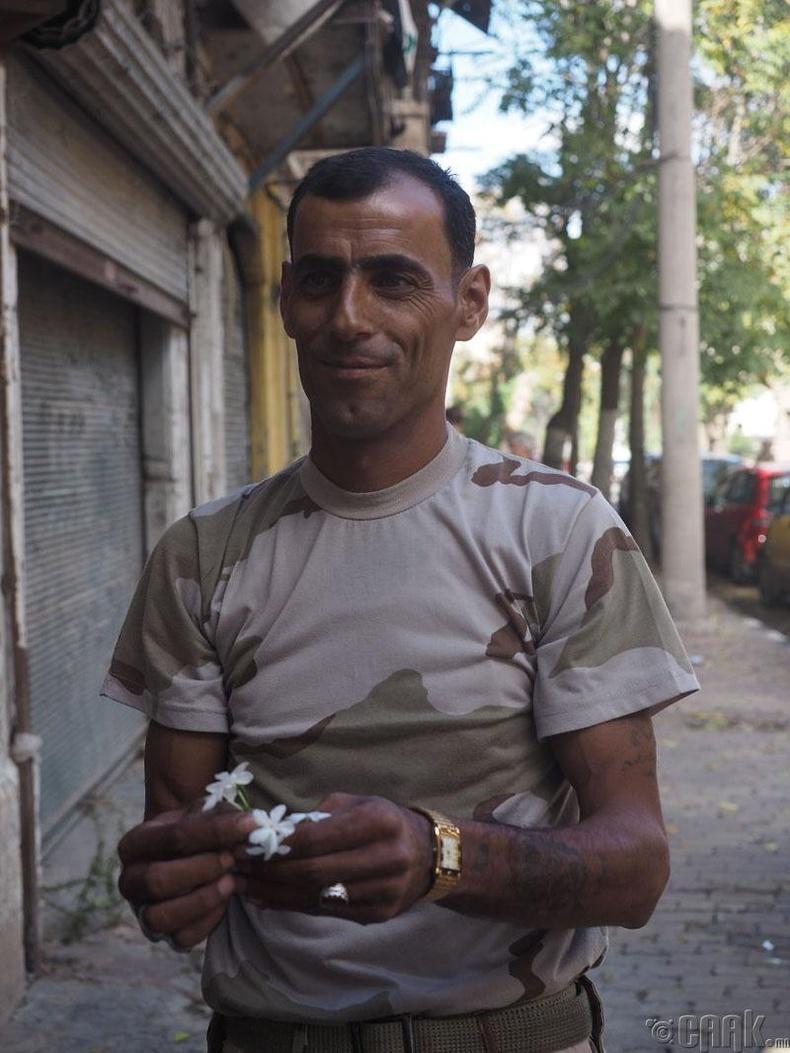 Цэцэг барьж зогсох цэрэг залуу