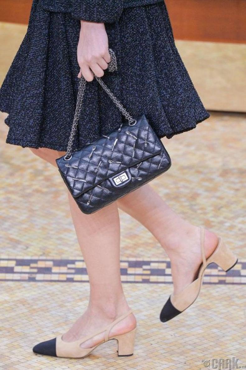 """Хосолмол өнгийн гутал болон алтан гинжтэй цүнх бол """"Chanel""""-ийн нэрийн хуудас"""