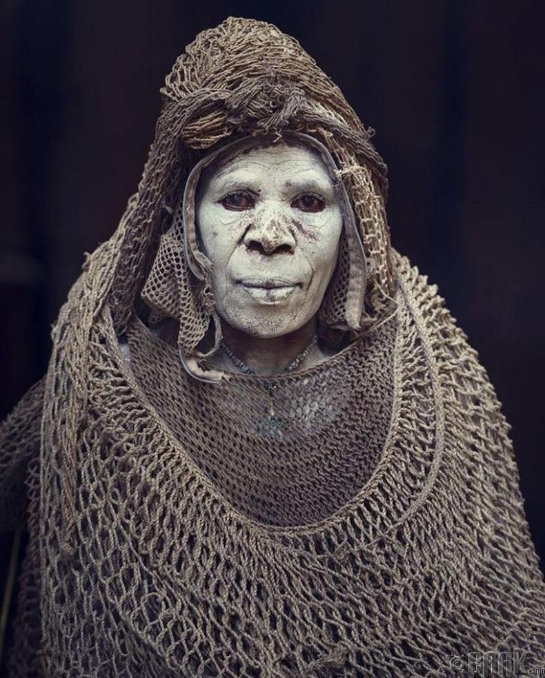 Папуа Шинэ Гвинэйн Хули овгийн бэлэвсэн эмэгтэй