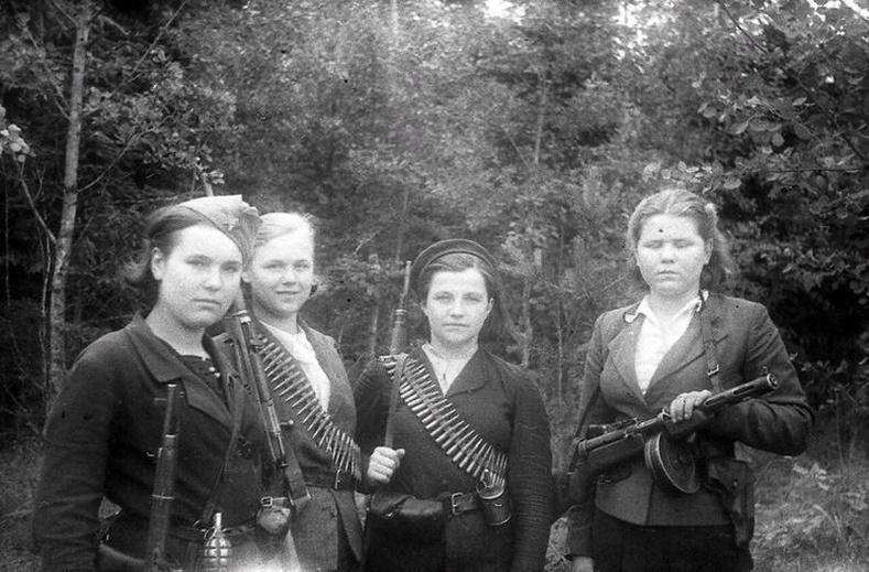 Беларусийн партизан охид, 1944 он.