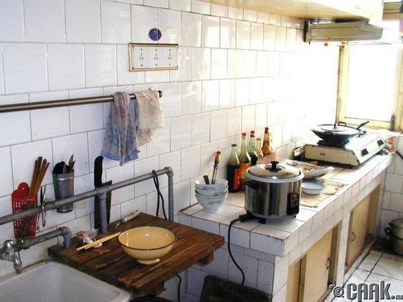 Гал тогооны өрөө нь маш жижиг