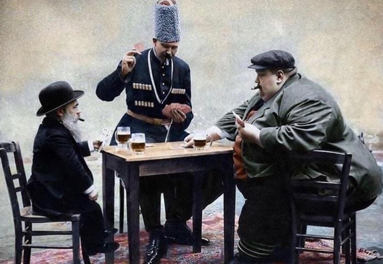 Европын хамгийн намхан, хамгийн өндөр, хамгийн тарган 3 хүн хөзөр тоглож буй нь (1913 он)