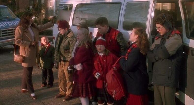 """""""Киноны эхний ангидгэр бүлийнхэн аялалд гарахдаа нийт 17 хүн байх ёстой гэж тоолдог. Нэг машинд 8, нөгөө машинд 9 хүн суух ёстой байсан ч хоёр машиныхан бүгд Кевиныг нөгөө машинд суусан гэж эндүүрсэн учир байхгүй байгааг нь анзаардаггүй."""""""
