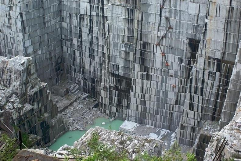 Бразилд энэхүү хаднаас чимэглэлийн чулуу гарган авдаг