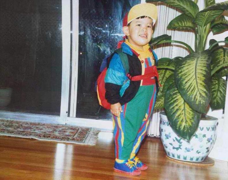 Ээж маань намайг олны дунд төөрүүлэхгүй гэж ийм хувцас өмсүүлдэг байв