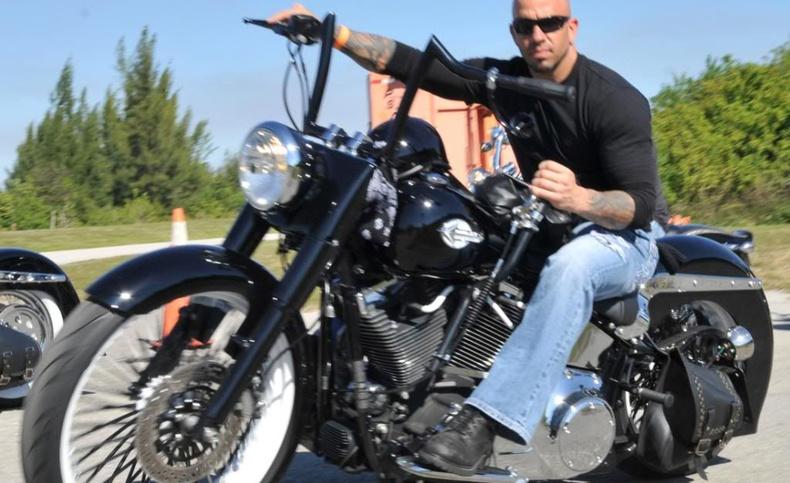 Байкер эр нэг цагийн дотор мотоциклоосоо унаж, хөлөндөө буудуулж, машинд дайруулж, цагдаад баригджээ