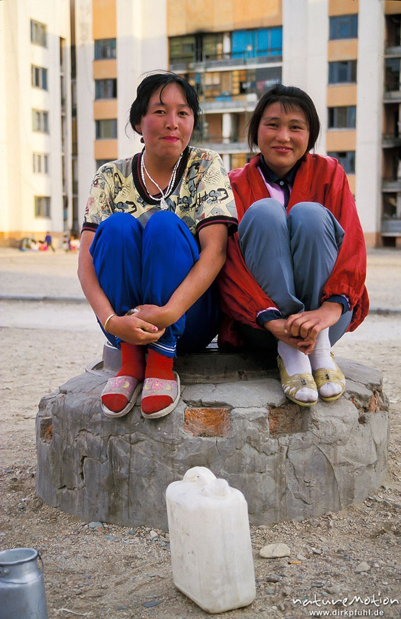 Айраг зарж буй хоёр бүсгүй - Ховд хот