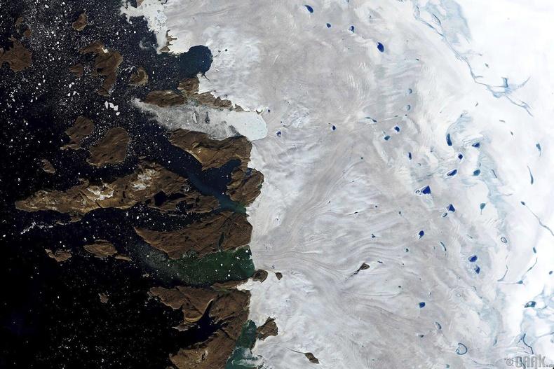 Гренландын баруун хойд хэсгийн мөсөн бүрхүүлийн эргээр хайлсан ус нь нуур, цөөрмийг үүсгэжээ