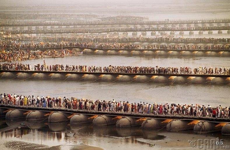 Ганга болон Ямуна мөрний бэлчир дээрх Энэтхэгийн мөргөлчид (70 сая хүн ирсэн)