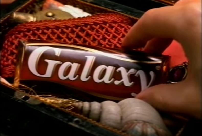 Шоколад мэтийн амттанг тусгайлан бэлдсэн хайрцаг юмуу уутнаас гаргаж иддэг хүн байдаг болов уу?
