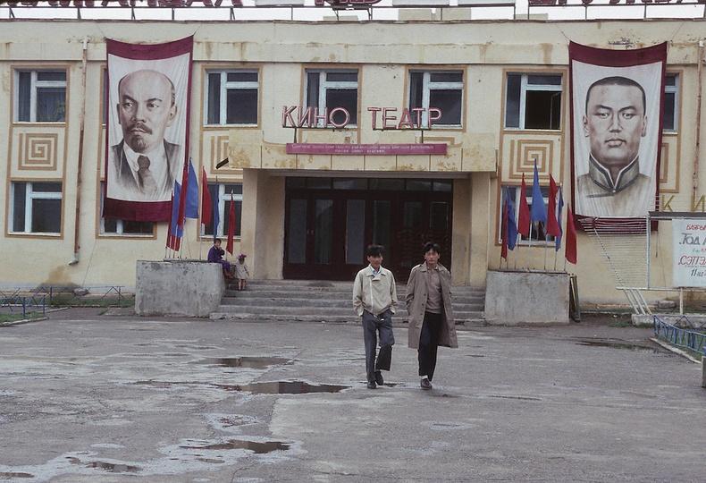 Кино театрын өмнө - Улаанбаатар