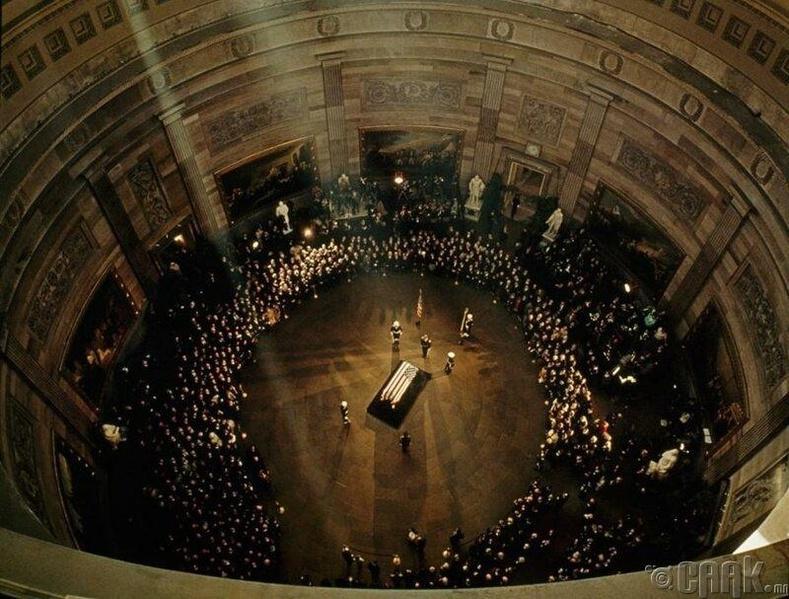 Жон Кеннедигийн оршуулгын ёслол-1963 оны 11-р сарын 25-нд Вашингтон хотын Капитол байранд ерөнхийлөгчтэй салах ёс гүйцэтгэхээр ирсэн хүмүүсийн тоо 200 мянга давжээ