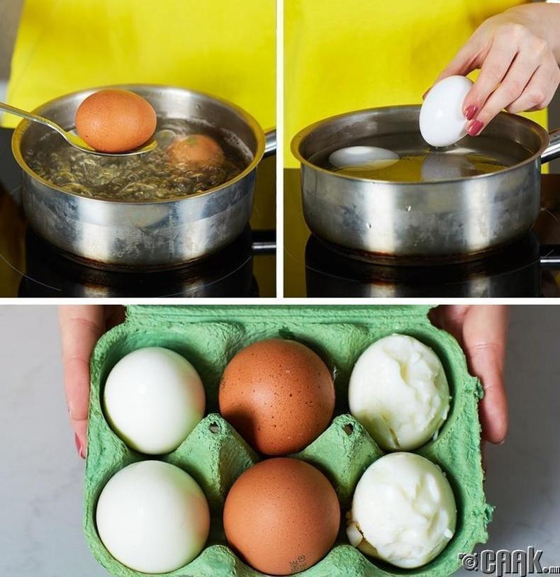 Чанасан өндөгний хальсыг амархан салгахын тулд хүйтэн усанд сойх