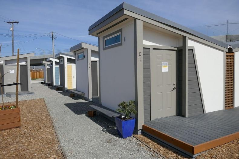 Калифорнийн орон гэргүйчүүдэд зориулан барьсан бяцхан байшингууд