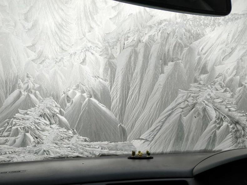 Сүрлэг мөсөн уулс уу? Үгүй ээ, зүгээр л машины цантсан шил