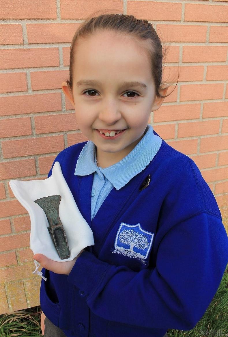 8 настай охин 3000 жилийн настай сүх олсон нь