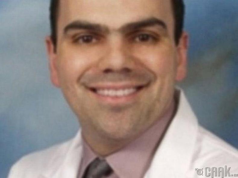 Мөнгөний хойноос улайрч чанаргүй хагалгаа хийдэг Спайрос Панос эмч