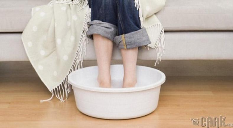 Халуун усанд хөлөө дүр