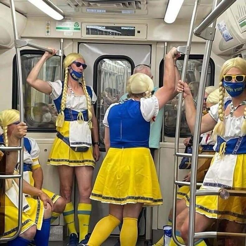 Хөлбөмбөг үзэхээр явж буй швед фанатууд