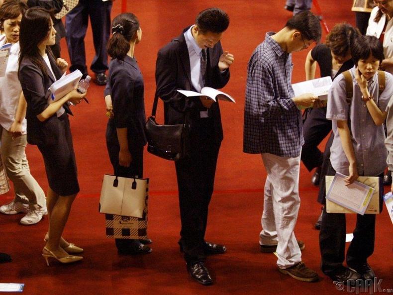 Мэргэжил сонголтын үзэсгэлэн дээр дараалалд зогсож буй Солонгосчууд