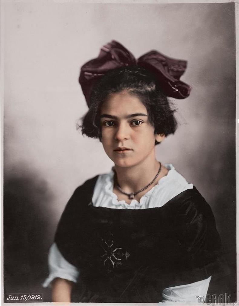 Фрида Кало (Frida Kahlo)-гийн аав охиныхоо хөргийг авчээ