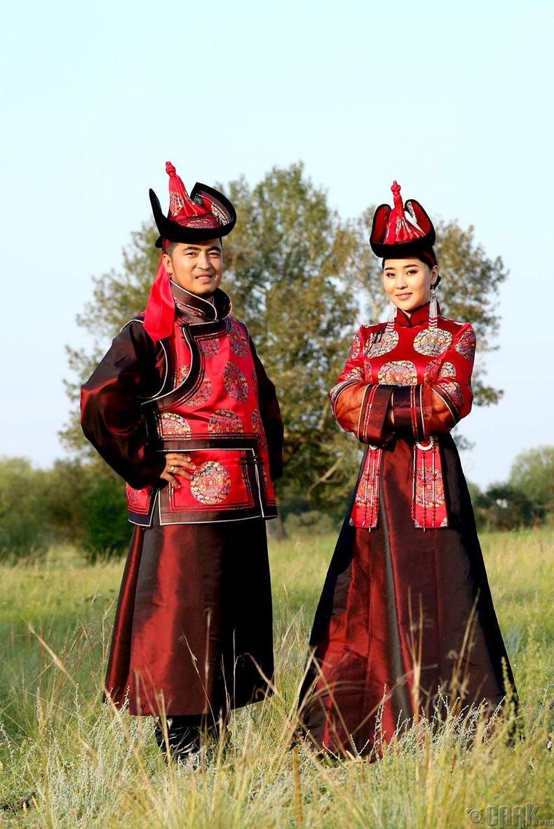 Монголчууд үндэсний дээлээ өмсөх бөгөөд эхнэр нөхөр хоёр өнгө, загвар ижилссэн хос дээлээр гоёх нь сүүлийн үед уламжлал болжээ