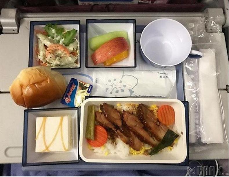"""""""China Airlines"""" - Будаатай тахианы мах, салат, жимс, бялуу"""