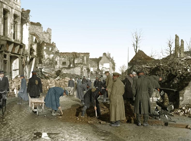 Германы олзлогдсон цэргүүд дайнд сүйдсэн хотыг цэвэрлэж байгаа нь, Бетуне, Франц