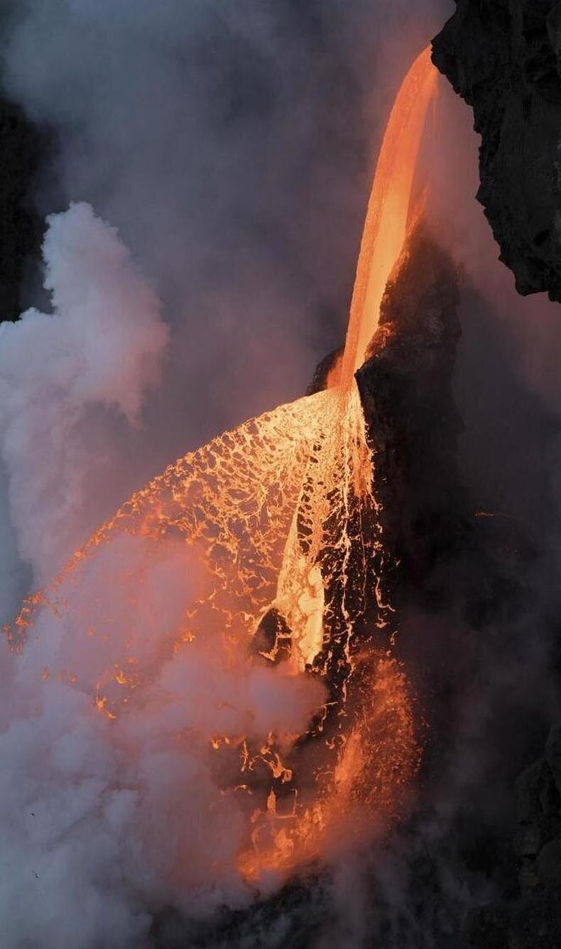 Хавай дахь галт уулын лав урсдаг хүрхрээ