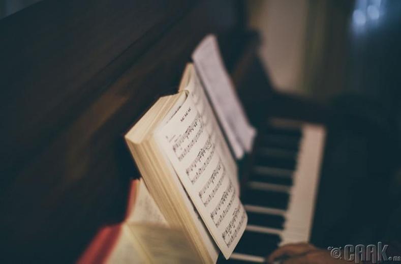 Хөгжмийн зэмсгээр тоглож сурах