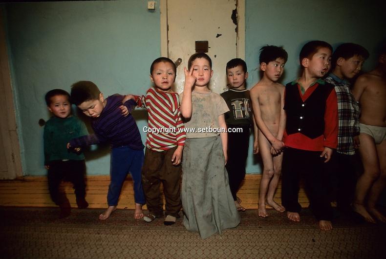 Цагдаагийн газар авчирсан гудамжны хүүхдүүд, 2000-аад он (Мишель Сетбун)