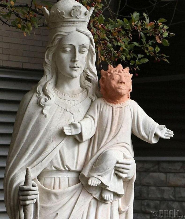 Есүсийн хөшөөг арай л буруу сэргээчихэв үү?