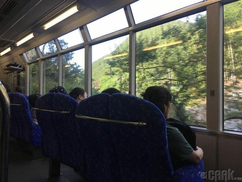 Байгалийн сайхныг ажиглан явах боломжтой цонх бүхий галт тэрэг